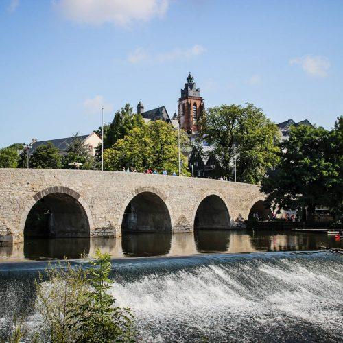 Impression Wetzlar. Alte Lahnbrücke mit Blick auf Wetzlarer Dom.