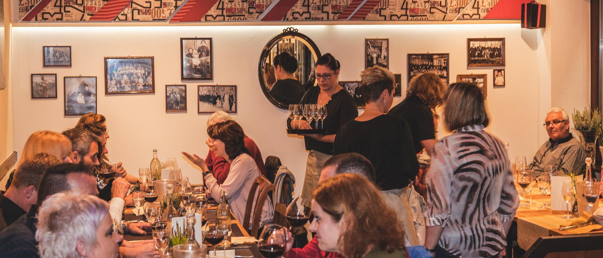 Gesellige Gäste eines Kulinarik-Events und aufmerksamer Service