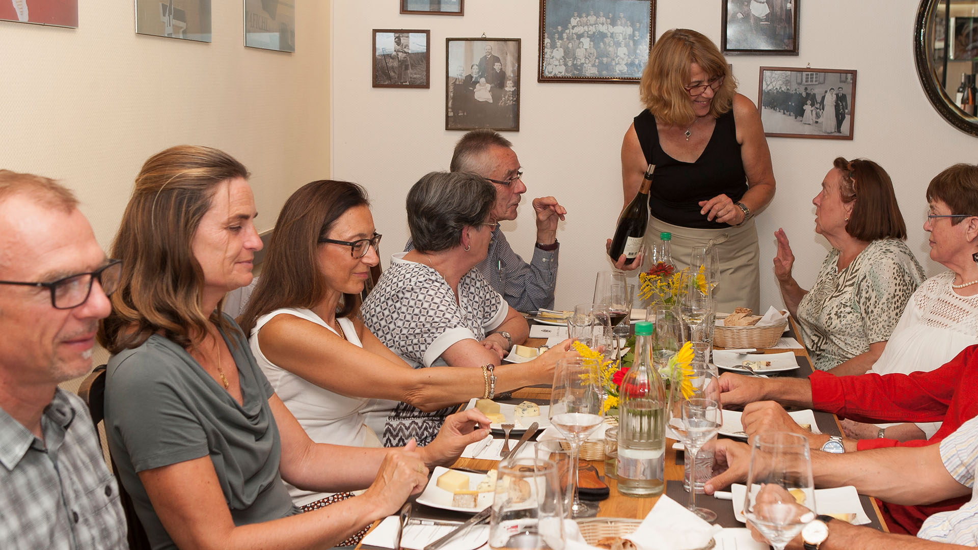 Gäste des Kulinarik-Events Käse & Wein bei der Verkostung