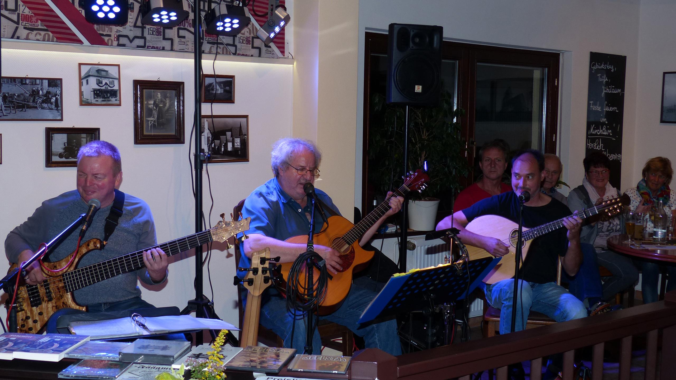 """Die drei Musiker der Gruppe Meelstaa live im """"Kirchlein"""