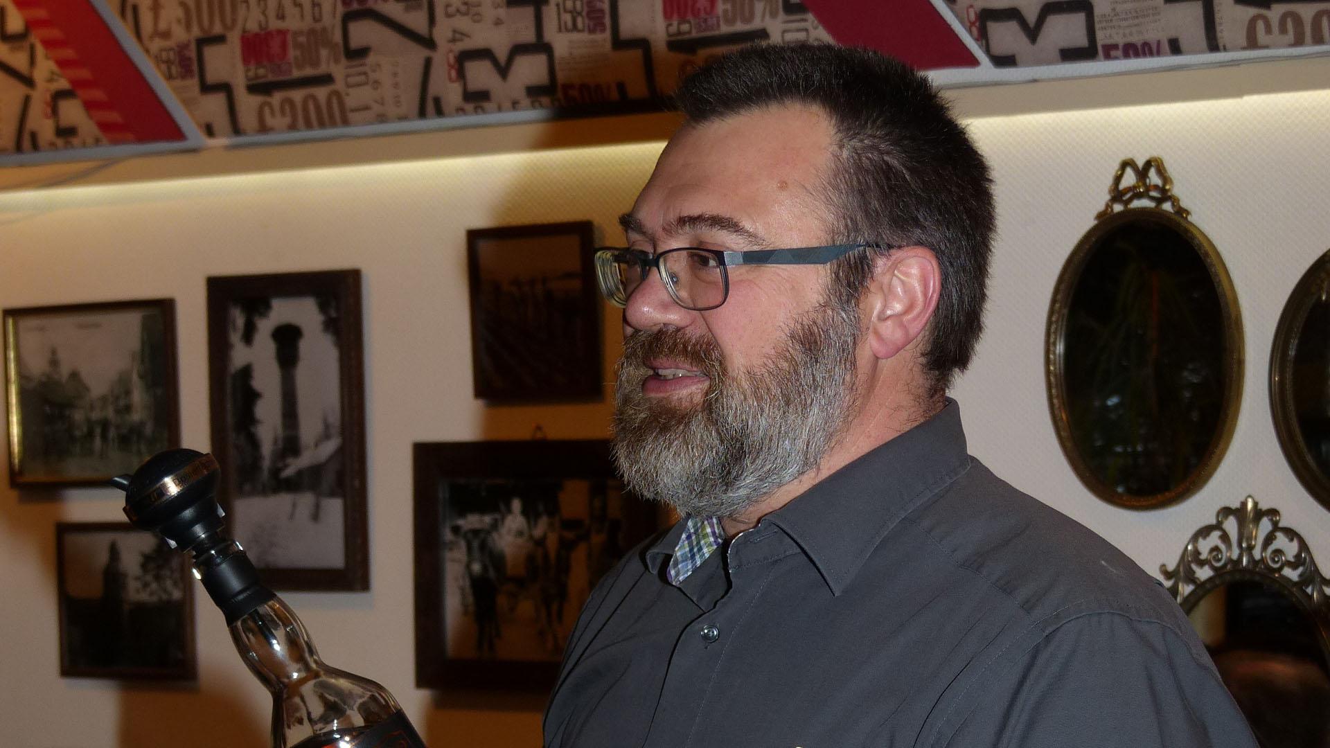 Jens Heiler beim Whiskytasting im Gästehaus Am Kirchlein.