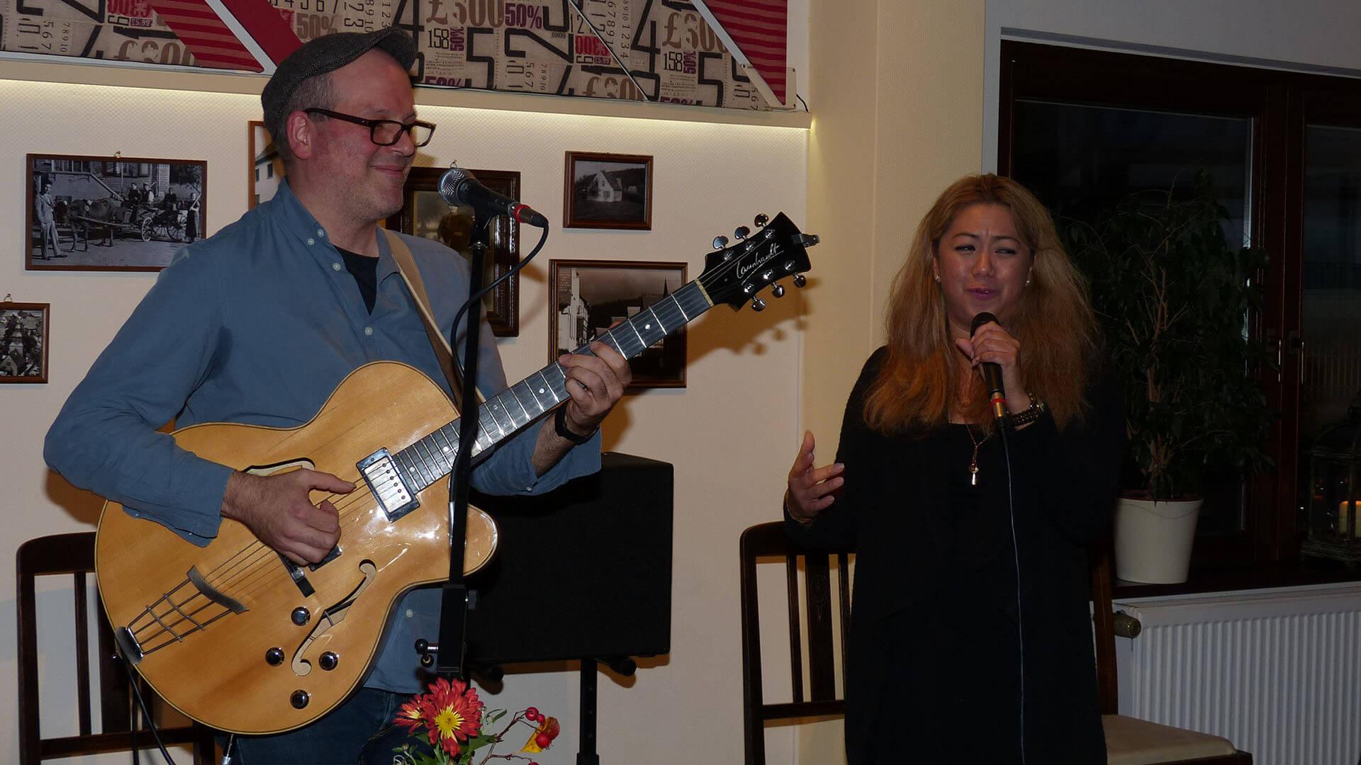 """2Injoy mit Michael Diehl und Florezelle Amend beim Konzert im """"Kirchlein""""."""