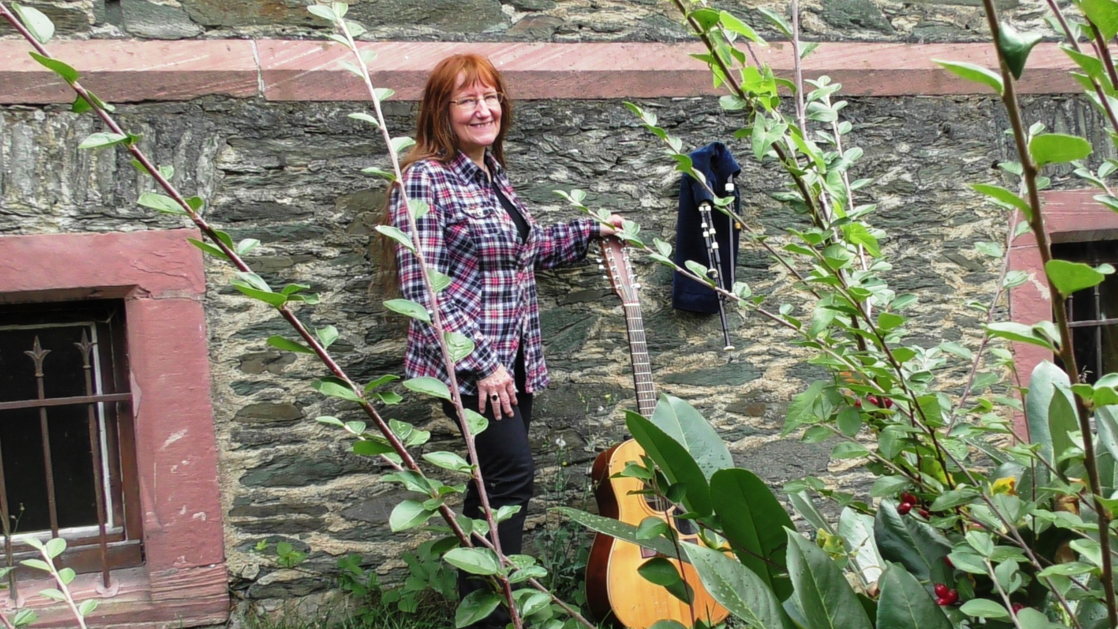 Cora Gladitz mit Instrumenten im Garten.