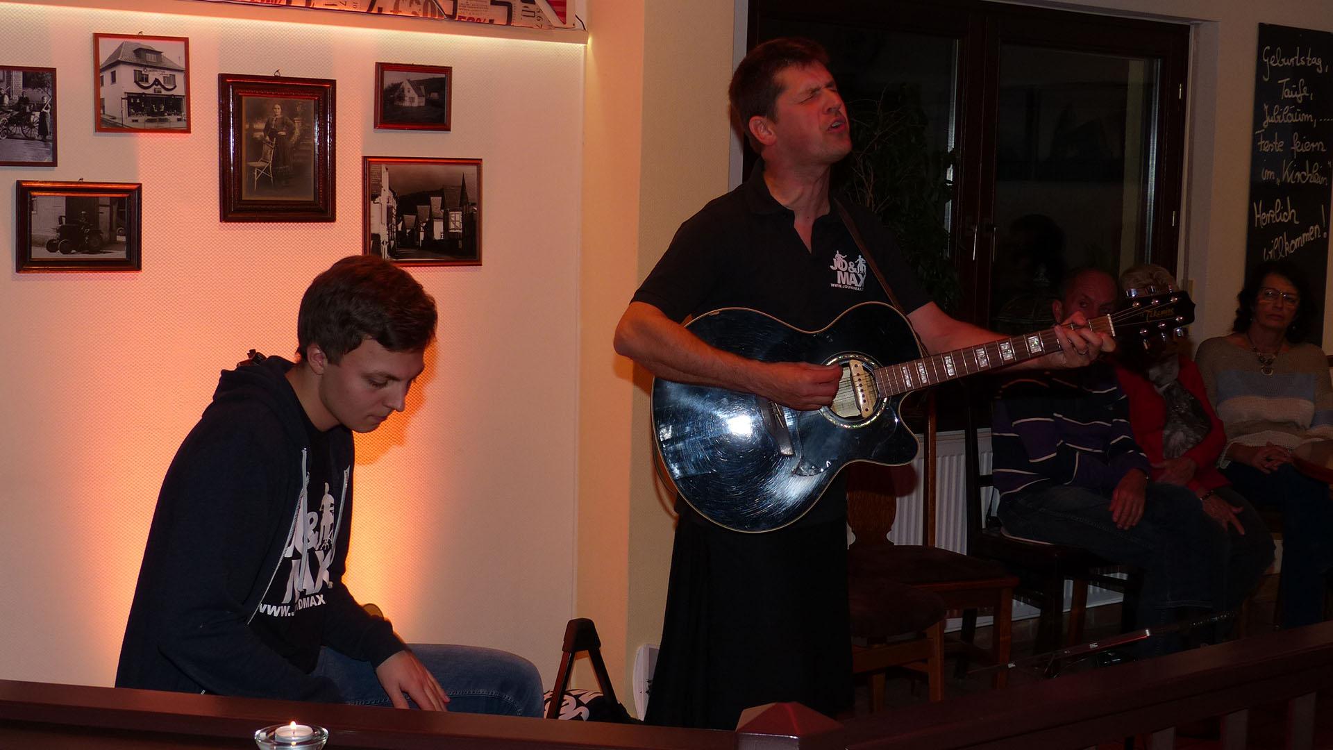 Jo & Max Live bei ihrem Konzert im Gästehaus Am Kirchlein