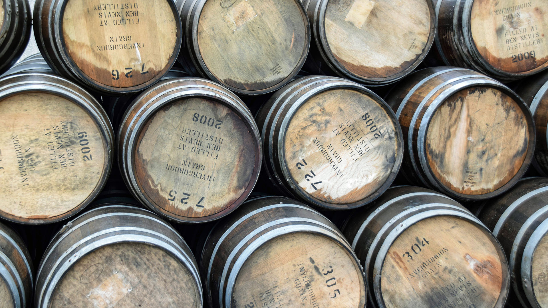 Whisky-Fäßer der schottischen Ben Nevis Distillery. Mood.