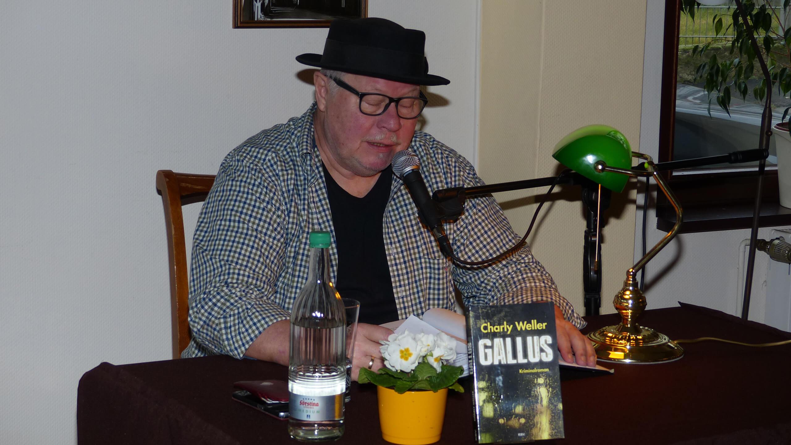 """Charly Weller mit seinem Buch """"Gallus"""" bei der Lesung im Kirchlein"""