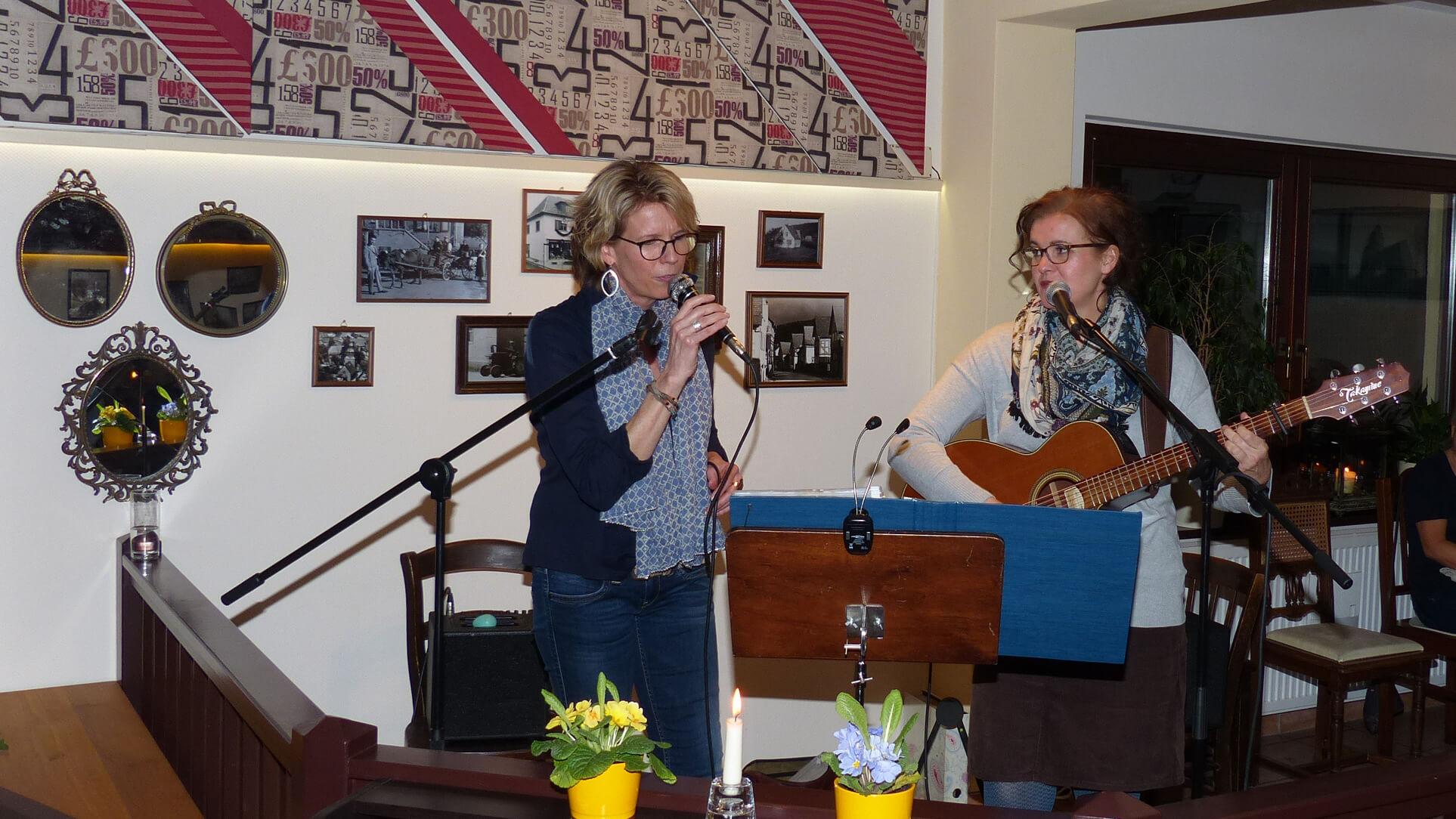 Duo Sometimes beim Konzert im Kirchlein