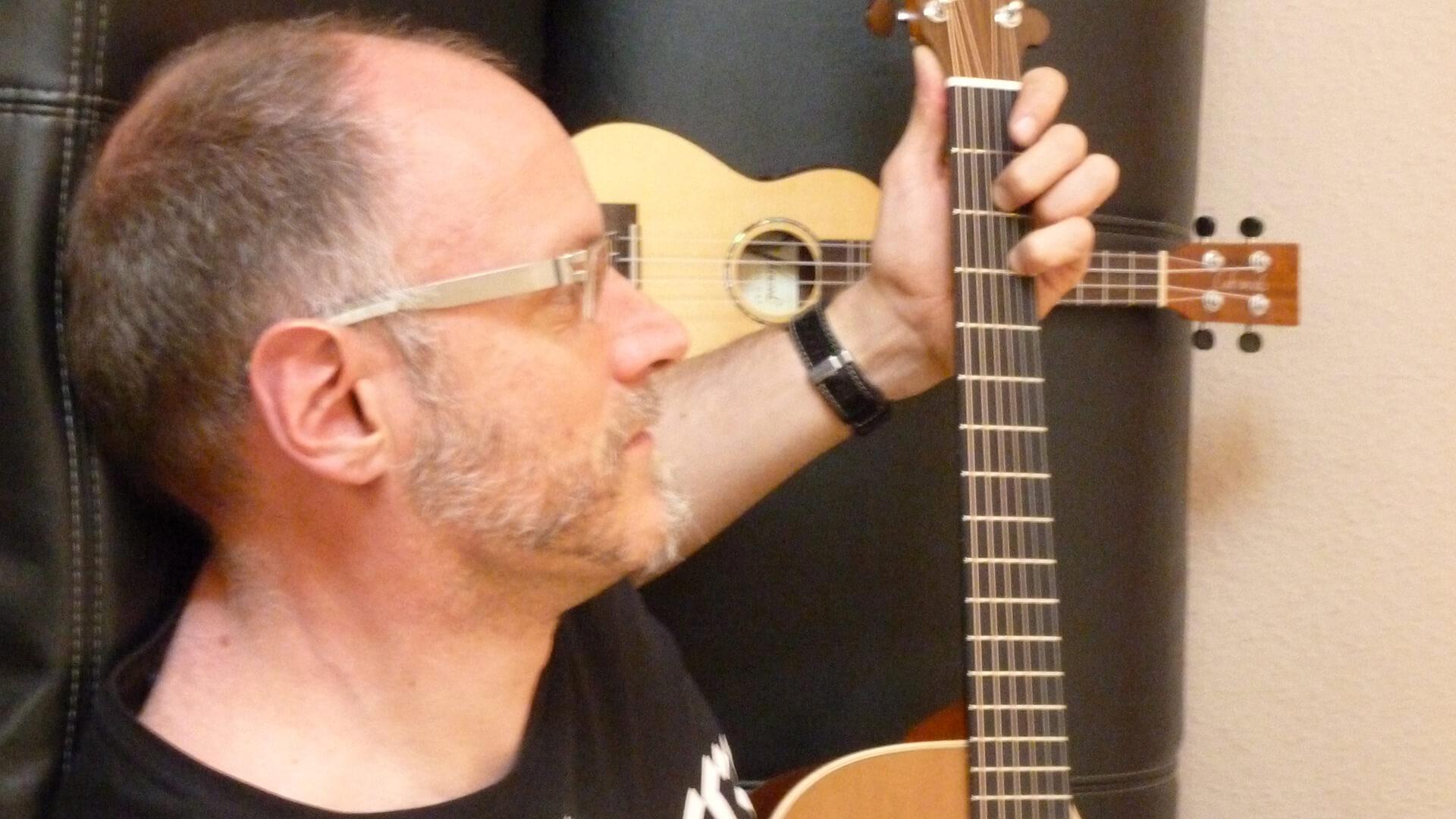 Michael Hahn mit Gitarre