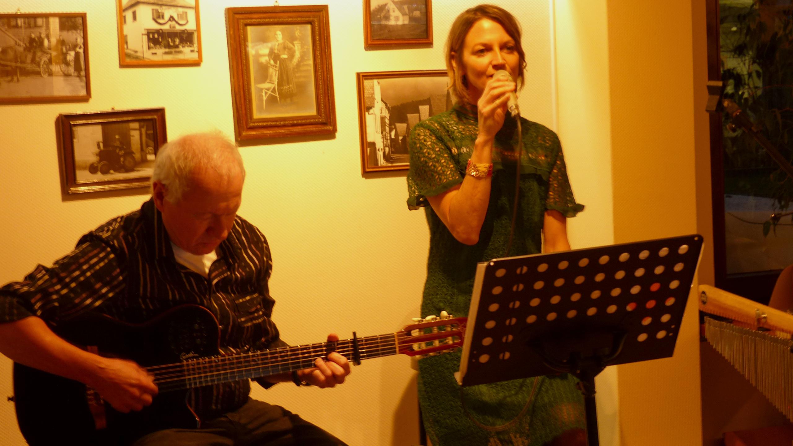 """Balladeire - Christine Burock am Micro und Ho. Moritz mit Gitarre im """"Kirchlein"""" im"""