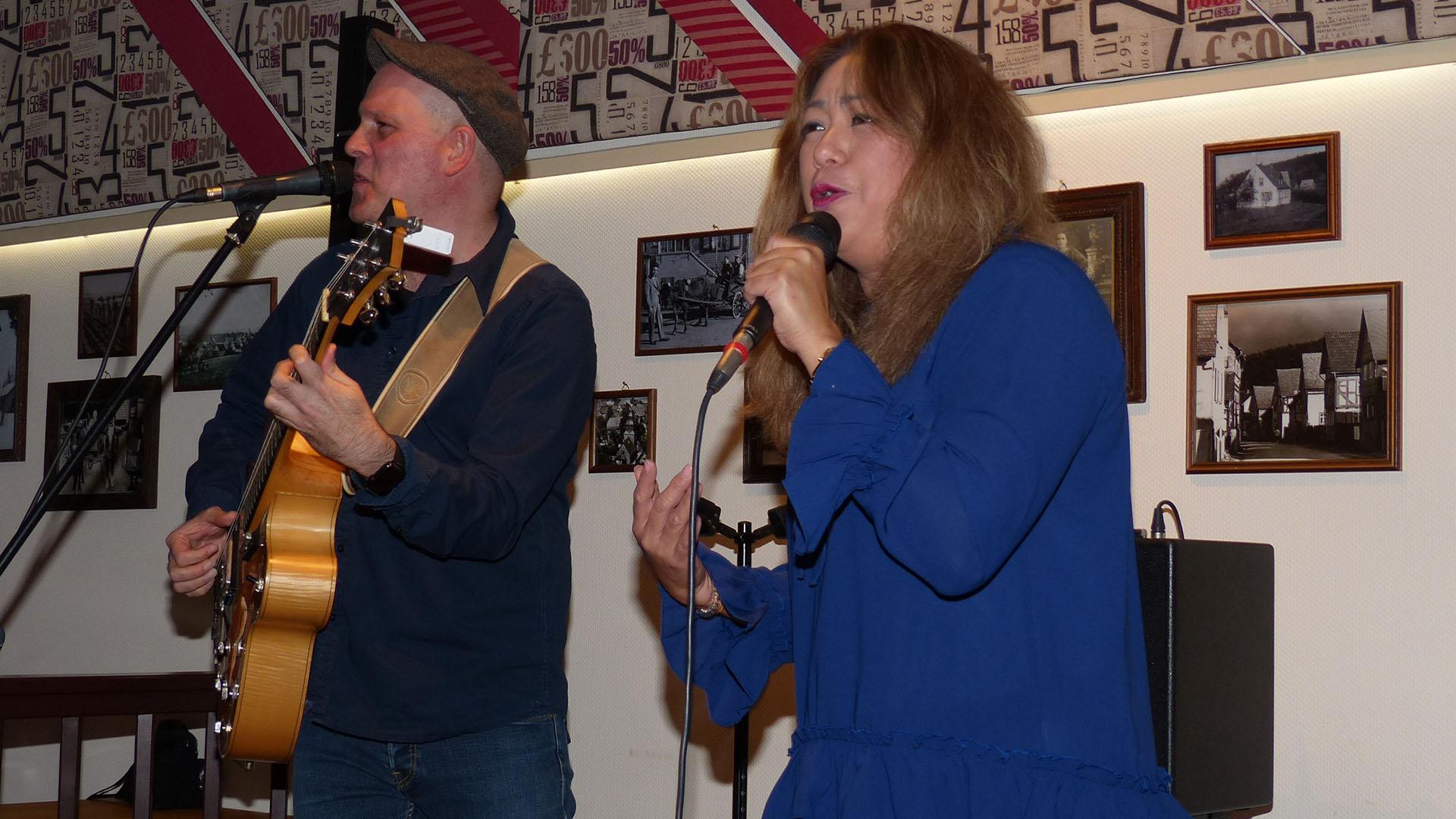 Duo 2Injoy beim Konzert im Kirchlein